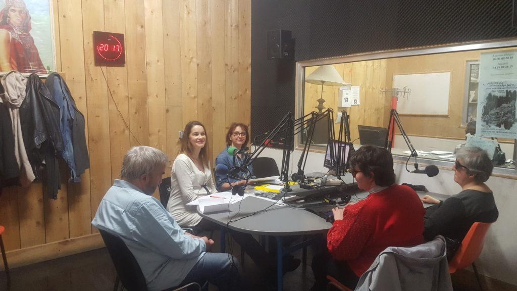 Invités dans le studio de Radio galère pour l'émission Handicap Tribune