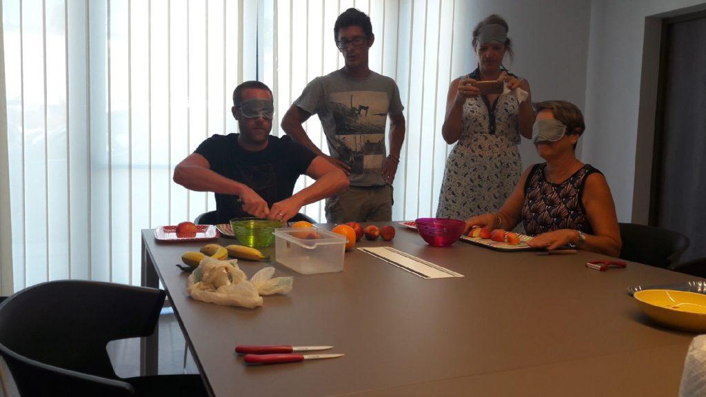Atelier découpage de fruits à l'aveugle